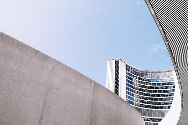 Jak wykorzystać walory betonu w aranżacji przestrzeni miejskiej?