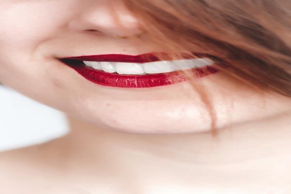 """Jeden ząb to niewielki problem W sytuacji braku jednego zęba możemy zastosować dwa rozwiązania. Są to pojedynczy implant lub 3-punktowy most. Koszt wszczepienia jednego implantu jest porównywalny z zastosowaniem mostu. Jednak most po około 5 – 10 latach trzeba wymienić (są większe szanse na próchnicę w zębach na których jest zamocowany most). Jeśli natomiast chodzi o wszczepienie implantu to zdrowe zęby zostają nie naruszone. Ponadto implanty odciążają naturalne zęby, a w przypadku mostów, zdrowe żeby są szlifowane, a to powoduje ich osłabienie. Warto podkreślić, iż implanty służą pacjentom znacznie dłużej i nie są podatne na próchnicę. Implanty to doskonałe rozwiązanie Ruchome protezy zębowe były stosowane by zastąpić brakujące zęby. Ruchoma proteza oznaczała ciągłe wyjmowanie oraz nakładanie protezy (nawet aż kilka razy w ciągu jednego dnia). Większość pacjentów decyduje się na """"stałe"""" protezy, mocowane za pomocą cementu. Protezy zębowe mocowane na implantach funkcjonują i wyglądają jak zęby naturalne. Pacjenci, którzy posiadają protezy na implantach twierdzą, że mają uczucie, jakby to były """"ich własne, zęby"""". Dlaczego warto wszczepić implanty? Implanty pozwalają na zastąpienie brakujących zębów bez konieczności szlifowania sąsiadujących z nimi zębów, które wciąż są naturalne. Oczywiście, istnieją sytuacje, w których zastosowanie tradycyjnych procedur stomatologicznych jest czymś wskazanym, jednak najważniejsze dla implantologii jest skupianie się na celu, którym jest właśnie zachowanie naturalnych zębów i naturalnej ich struktury. Większość dentystów potwierdza, że problemy ze zdrowym zębem zaczynają się w momencie, kiedy po raz pierwszy dany ząb ma styczność z wiertłem stomatologicznym. Pacjentów zachęca się do implantów od lat. Często jednak nie wspomina się o poniższych aspektach: Implanty wzmacniają uzębienie. Nie naruszają one sąsiadujących zębów oraz zwiększają ich trwałość. Pacjenci, którzy zdecydują się na wykonanie przykładowo mostu, muszą mieć świadomoś"""