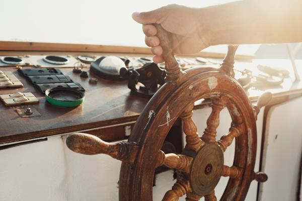 Czym różni się żegluga morska od śródlądowej?