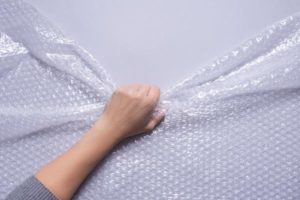 Skuteczne zabezpieczanie mebli i innych przedmiotów przy użyciu folii stretch